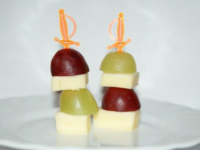 Канапе с сыром и виноградом